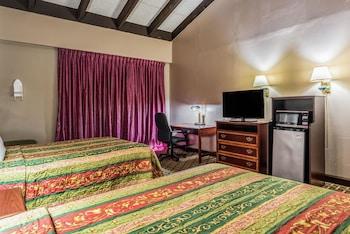 Standard Room, 2 Queen Beds, Non Smoking, Mountain View