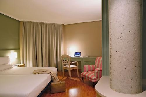 . Hotel Arco de San Juan
