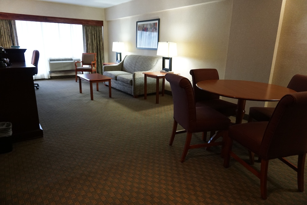Suite : Suite, 1 King Bed, Non Smoking, Refrigerator & Microwave (Oversized Room;wi 42 of 156