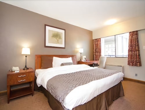 Travelodge by Wyndham Vancouver Lions Gate, Greater Vancouver