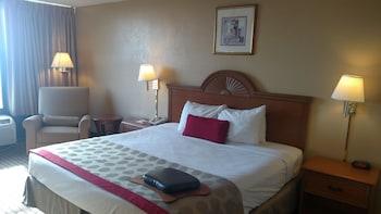 Room, 1 King Bed, Smoking (Interior Corridor)