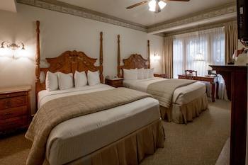 Deluxe Room, 2 Queen Beds, Fireplace