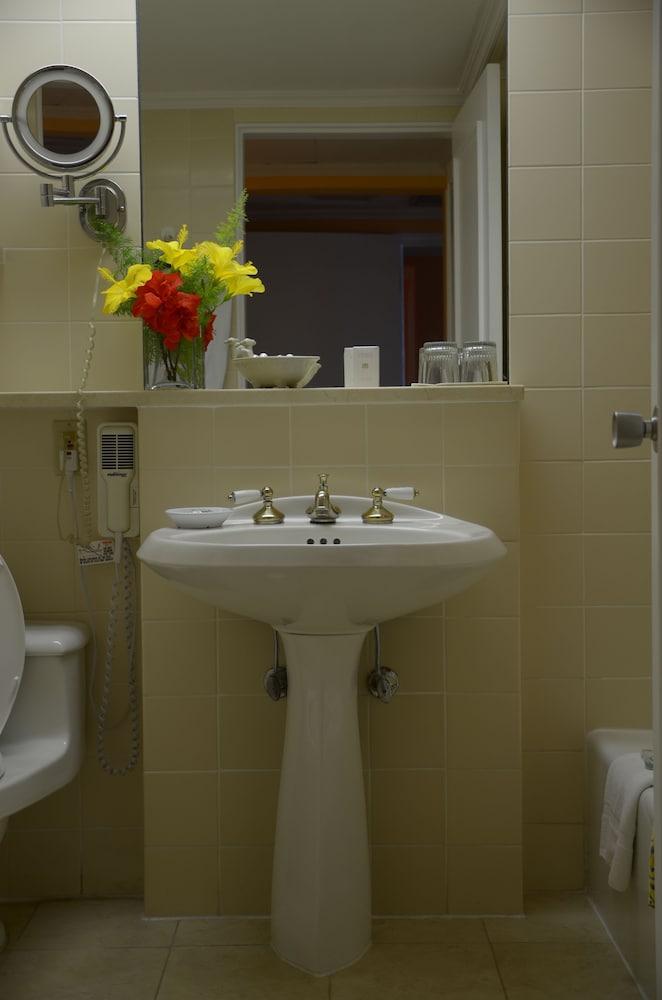 코코 리프 버뮤다(Coco Reef Bermuda) Hotel Image 9 - Bathroom