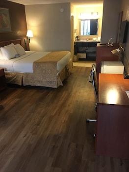 Guestroom at Days Inn by Wyndham Baltimore South/Glen Burnie in Glen Burnie
