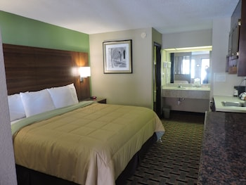 Room, 1 King Bed, Non Smoking, Refrigerator & Microwave (with Jacuzzi)