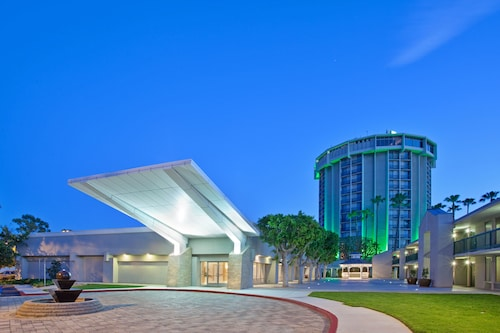 . Holiday Inn Long Beach Airport Hotel and Conference Center