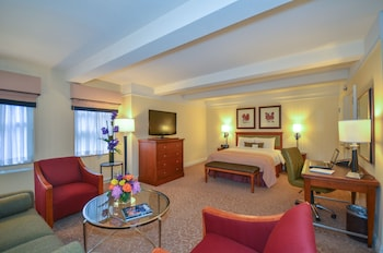 Executive Junior Suite, 1 Queen Bed, Oversized Room and Spacious Sitting area with Sofa Bed