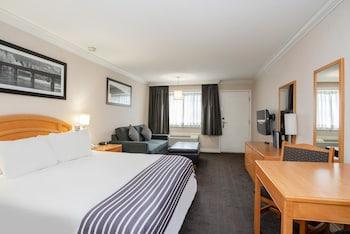 Room, 1 King Bed, Kitchen