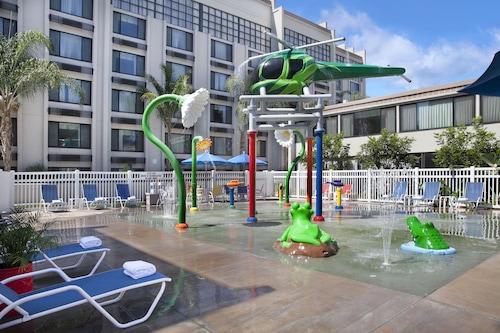 . Holiday Inn Hotel & Suites Anaheim