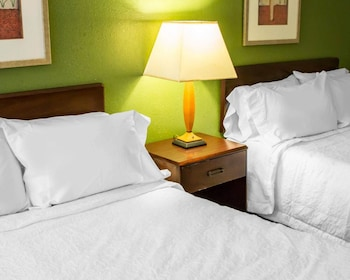 Econo Lodge North - Guestroom  - #0