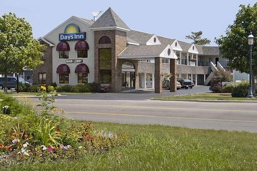 . Days Inn by Wyndham Mackinaw City - Lakeview