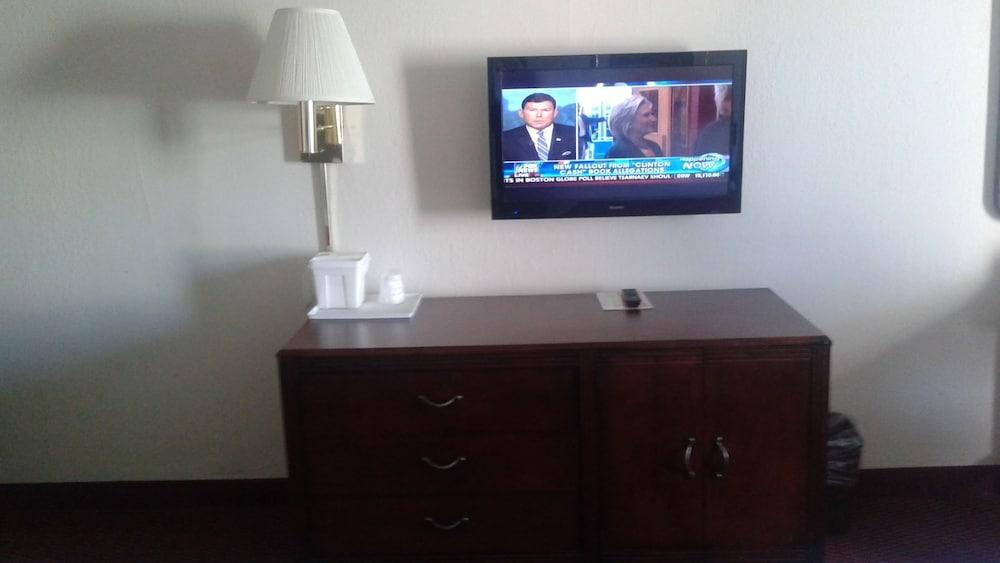 라마다 바이 윈덤 그린즈버러(Ramada by Wyndham Greensboro) Hotel Image 16 - Living Area