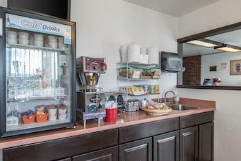 Econo Lodge Brush - Breakfast Area  - #0