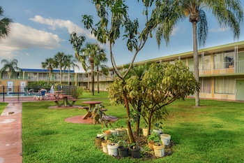 佛羅里達維洛海灘 6 號開放式公寓飯店 Studio 6 Vero Beach, FL