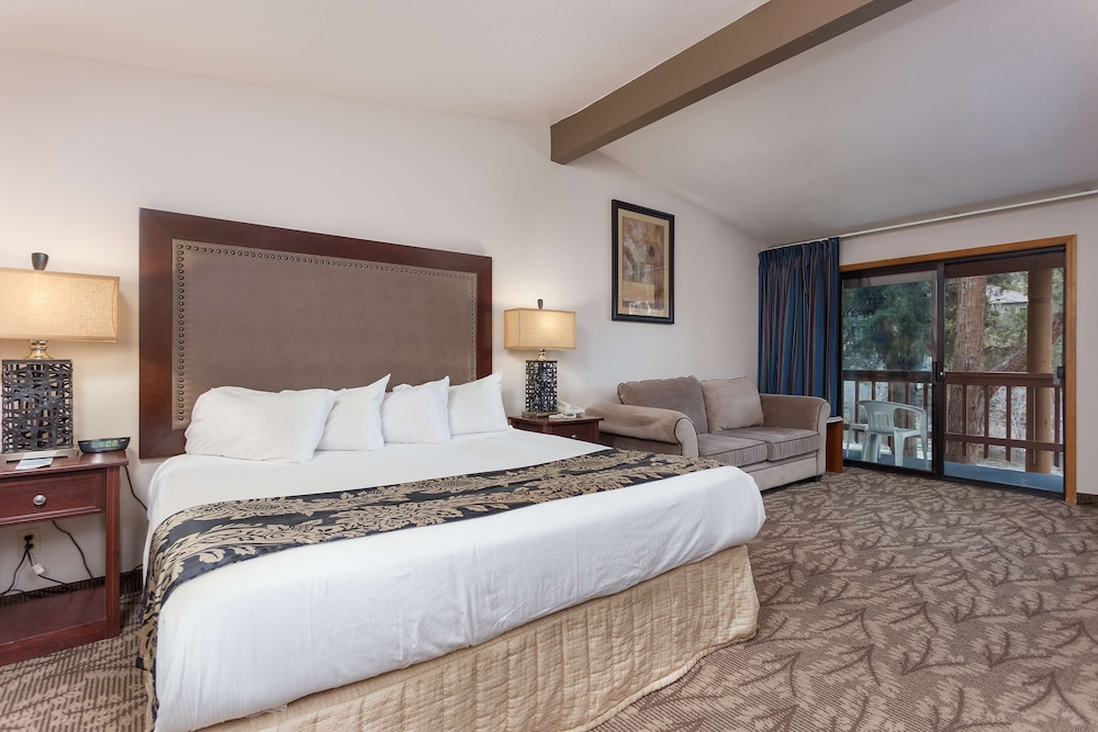 Executive Suite, 1 Queen Bed, Kitchenette, Courtyard View