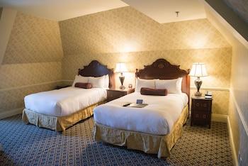 Suite, 1 King Bed (Hitchcock Suite)