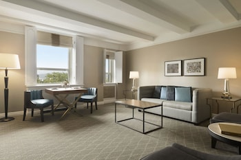 Suite, 1 King Bed (Elizabeth II Suite)