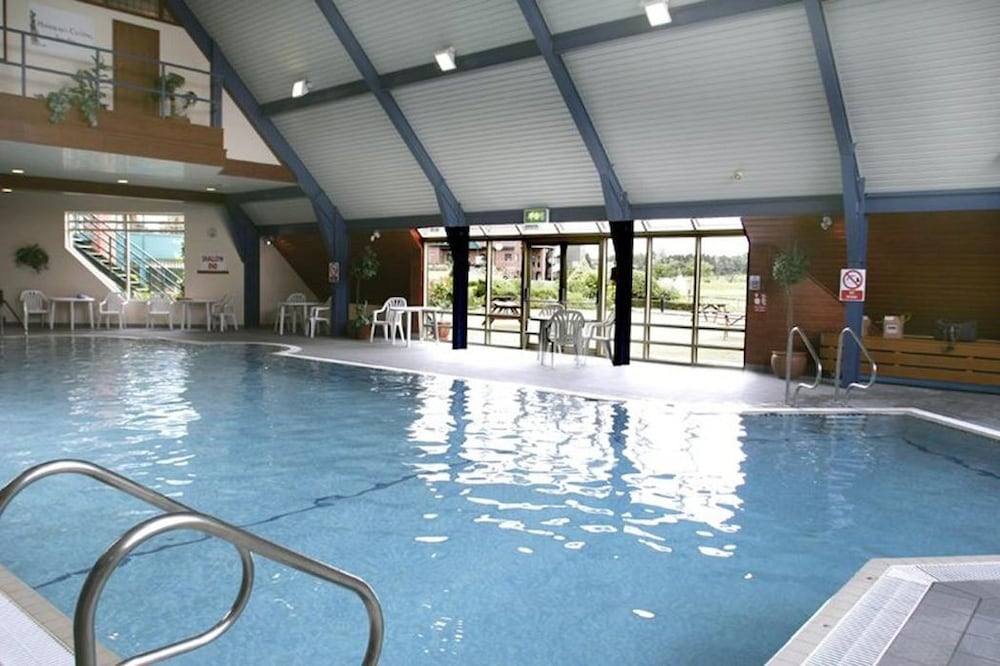 우포드 파크 우드빌리지 호텔, 골프 앤드 스파(Ufford Park Woodbridge Hotel, Golf & Spa) Hotel Thumbnail Image 2 - Pool