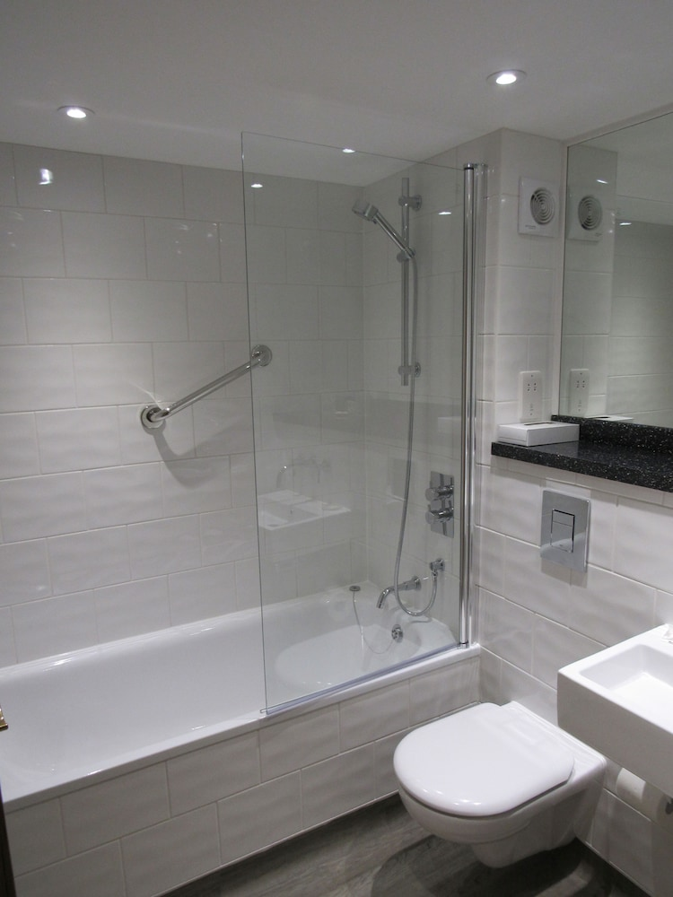우포드 파크 우드빌리지 호텔, 골프 앤드 스파(Ufford Park Woodbridge Hotel, Golf & Spa) Hotel Thumbnail Image 21 - Bathroom