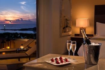 Infinite Ocean Front Honeymoon Master Suite (1 King)