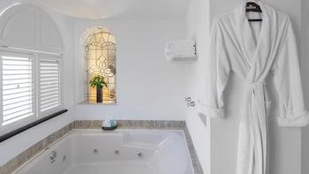 Infinite Ocean Front Two Bedroom Master Suite (1K+2Q)