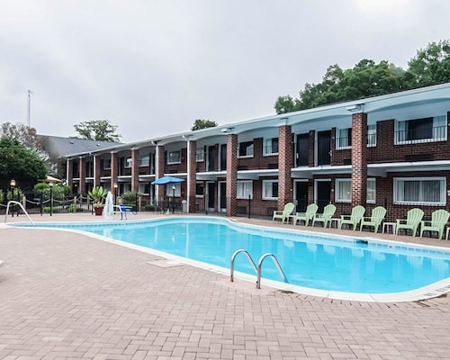 . Rodeway Inn & Suites Williamsburg Central