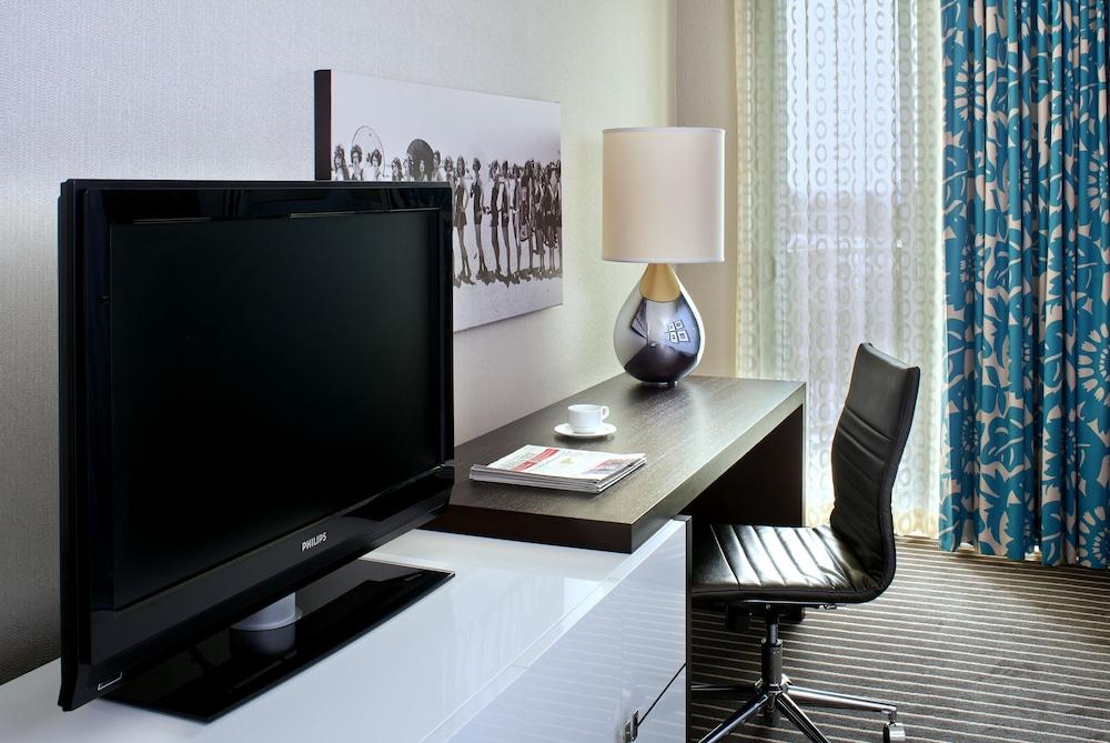 https://i.travelapi.com/hotels/1000000/20000/13000/12942/81ea1412_z.jpg