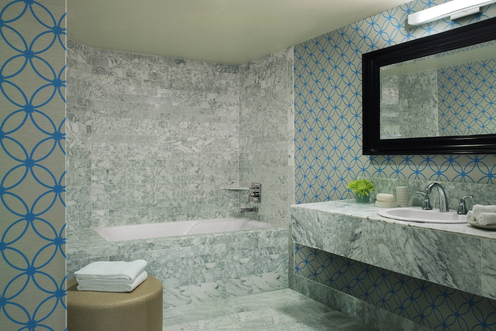 https://i.travelapi.com/hotels/1000000/20000/13000/12942/e3a222be_z.jpg