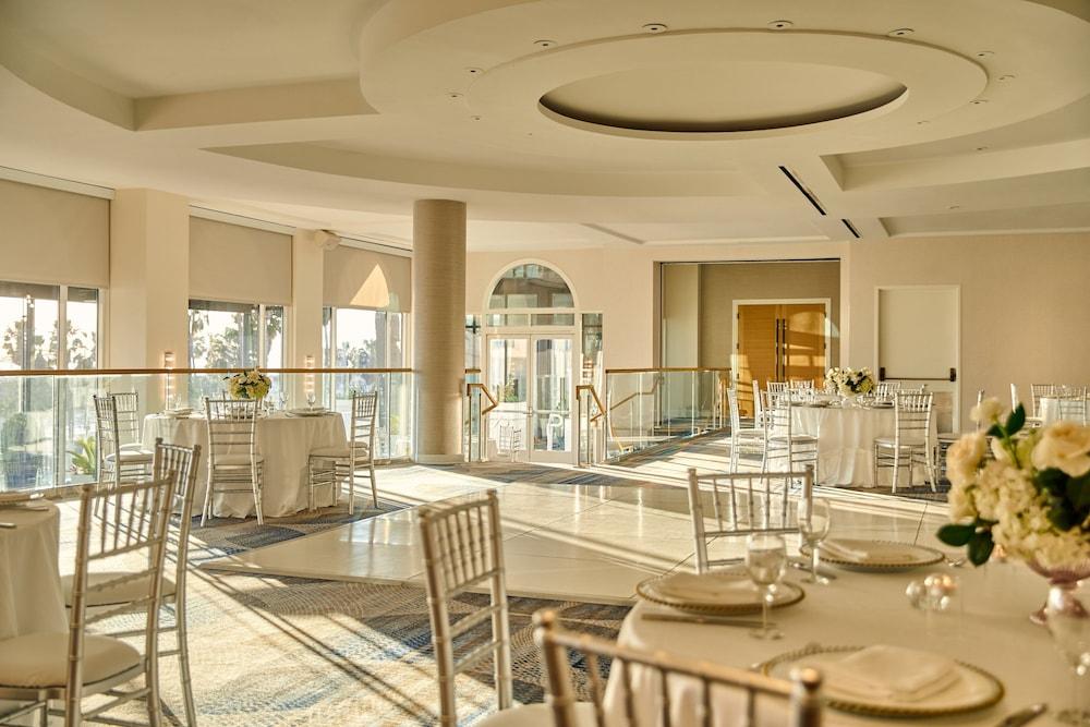 https://i.travelapi.com/hotels/1000000/20000/13000/12954/06fd6bde_z.jpg