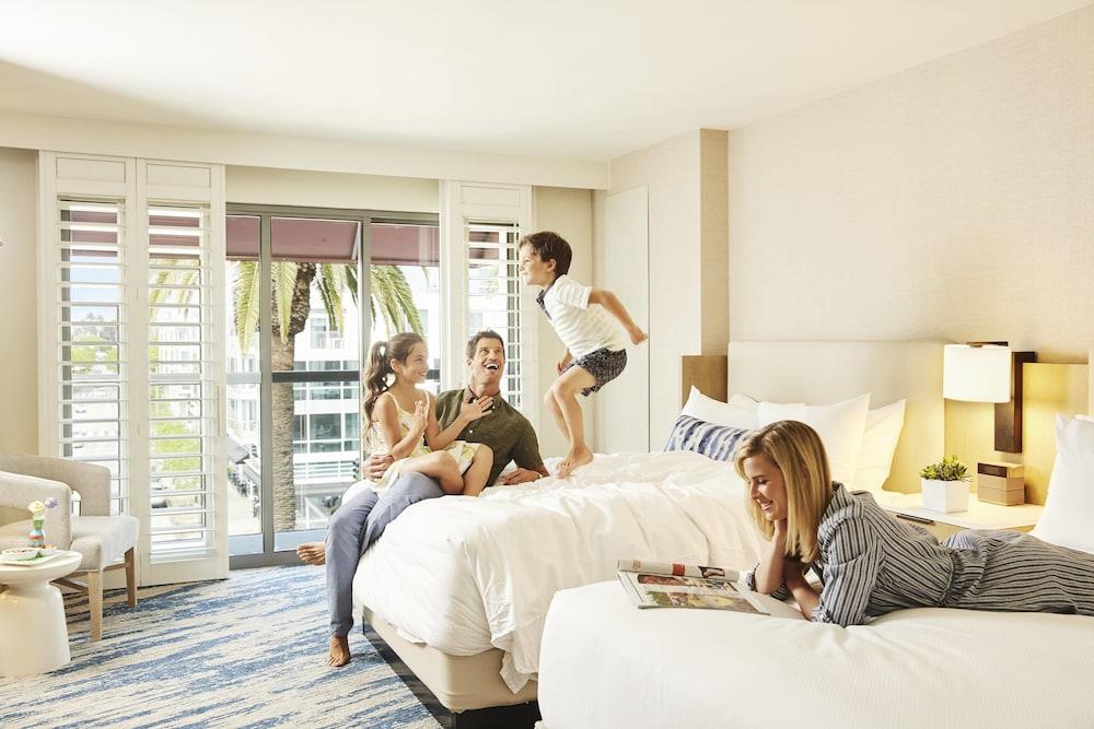https://i.travelapi.com/hotels/1000000/20000/13000/12954/d50f3f17_z.jpg