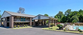 Hotel - Travelers Inn and Suites