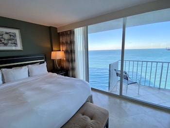 Premium Suite, 1 King Bed, Balcony, Oceanfront (NonSmoking)