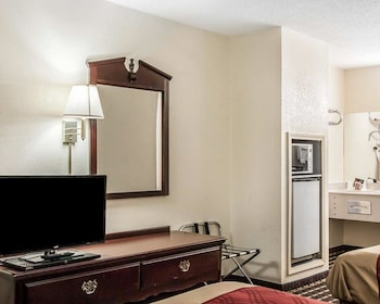 Tuscaloosa Vacations - Econo Lodge Inn & Suites - Property Image 1