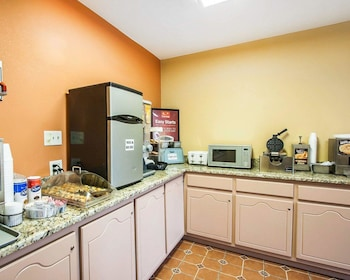 Tuscaloosa Vacations - Econo Lodge Inn & Suites - Property Image 9
