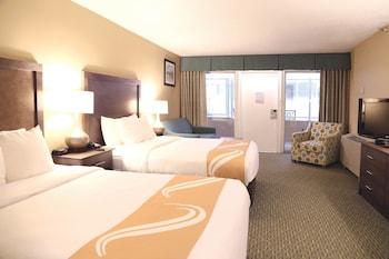 Room, Atrium 1st Floor, 2 Queen Beds & Sofa, Kitchenette