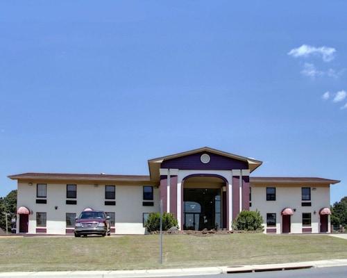 . Econo Lodge & Conference Center