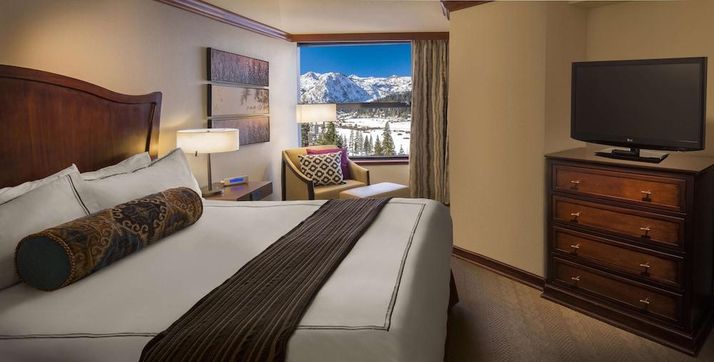 https://i.travelapi.com/hotels/1000000/20000/13700/13668/6d1d36e9_z.jpg