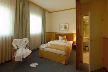 Comfort Room, 1 Queen Bed, Courtyard Area