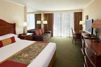 Club Room, 1 King Bed, Partial Ocean View