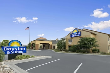 Days Inn & Suites by Wyndham Omaha NE photo