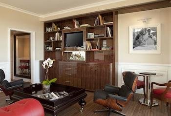 Signature Suite, 1 King Bed, Balcony (Loft Layout)