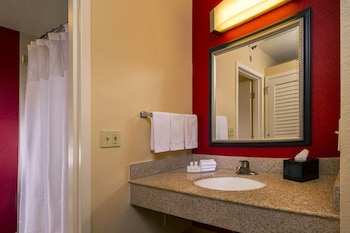Guestroom at Courtyard by Marriott Virginia Beach Norfolk in Virginia Beach