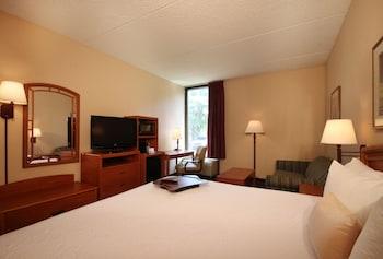 Guestroom at Meadowlands River Inn in Secaucus