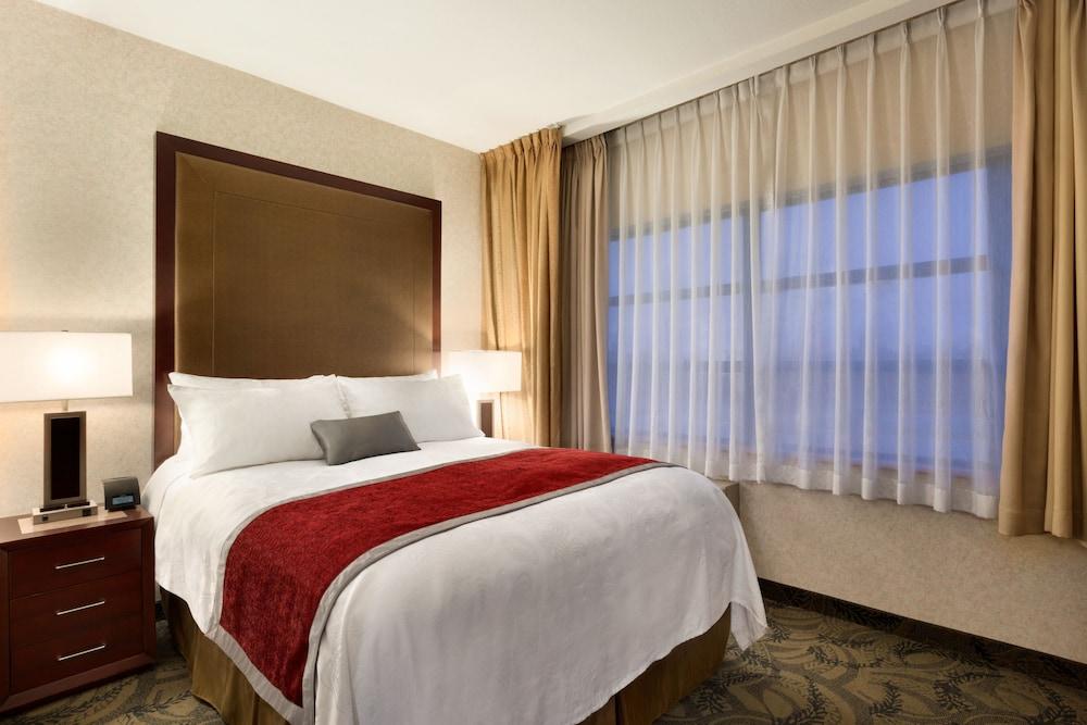 포코 인 앤 스위트 호텔 & 컨퍼런스 센터(Poco Inn and Suites Hotel & Conference Centre) Hotel Image 7 - Guestroom