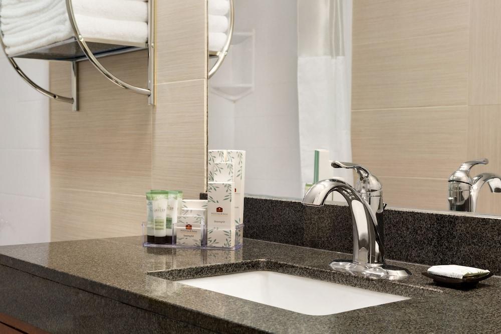 포코 인 앤 스위트 호텔 & 컨퍼런스 센터(Poco Inn and Suites Hotel & Conference Centre) Hotel Image 17 - Bathroom Sink