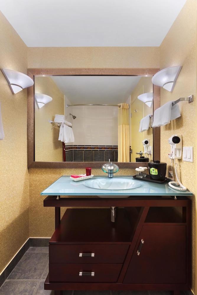포코 인 앤 스위트 호텔 & 컨퍼런스 센터(Poco Inn and Suites Hotel & Conference Centre) Hotel Image 31 - Bathroom Sink