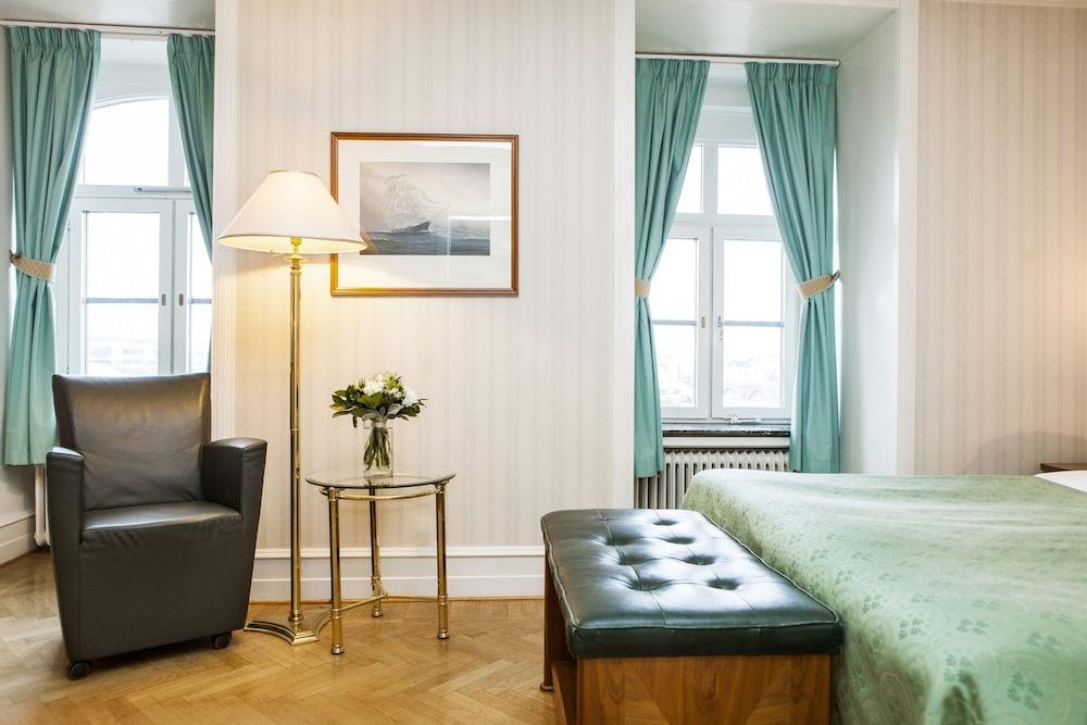 https://i.travelapi.com/hotels/1000000/20000/15300/15261/976e63d4_z.jpg