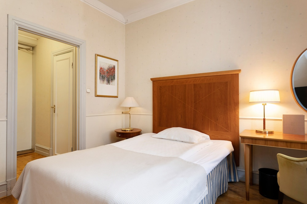 https://i.travelapi.com/hotels/1000000/20000/15300/15261/ab43b820_z.jpg