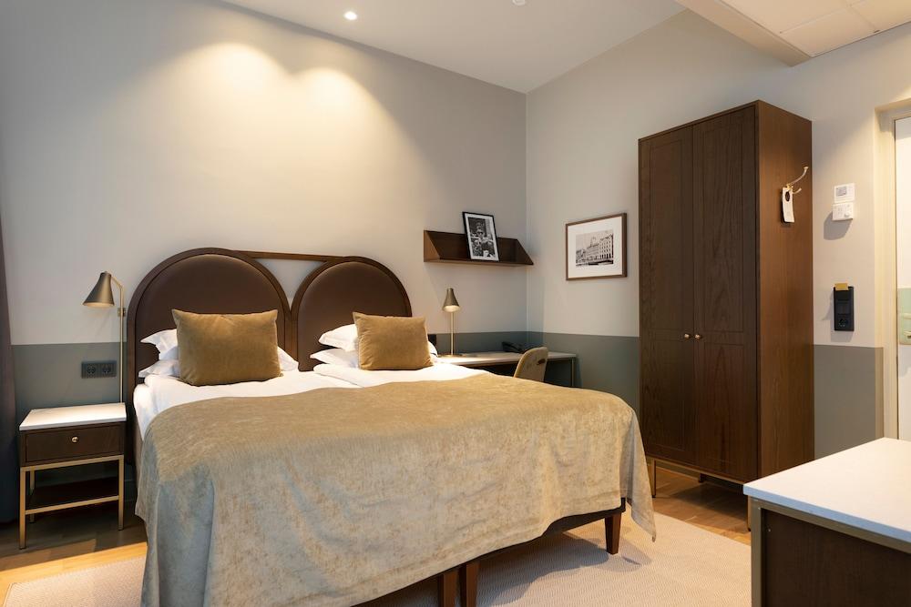 https://i.travelapi.com/hotels/1000000/20000/15300/15261/e30c55f1_z.jpg