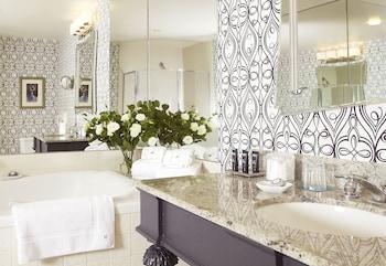 Corner 1 Bedroom Suite with Soaking Tub